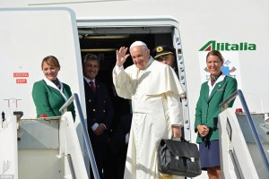 ....2C7EEC8300000578-3241331-Pope_Francis_arrives_in_Havana_to_begin_a_ten_day_tour_of_Cuba_a-a-3_1442697539664